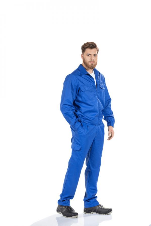 Homem veste uma calça para trabalhar na cor azul com bolso lateral na perna