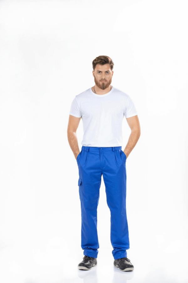 Homem com t-shirt branca e calça para trabalhar na cor azul e bolso na lateral da perna