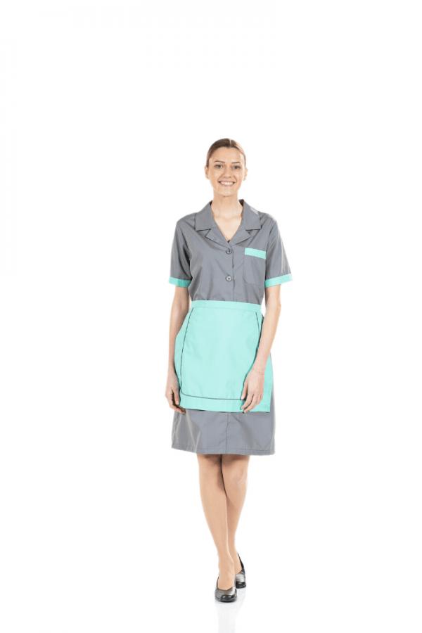 Senhora com avental personalizado para restauração