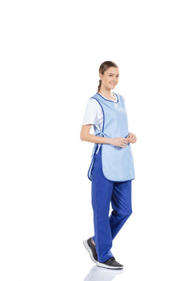 Senhora vestida com bata avental feminino de cor azul para farda de trabalho