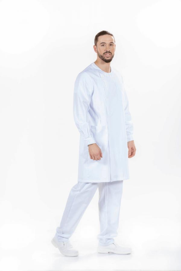 Homem vestido com bata de fisioterapeuta para farda de saúde