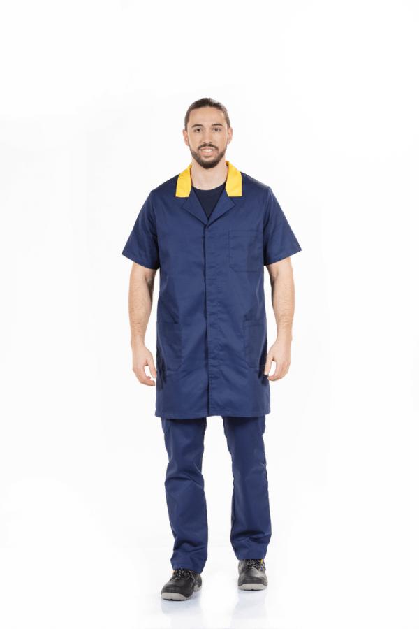 Homem vestido com uma bata de trabalho para homem de manga curta e na cor azul