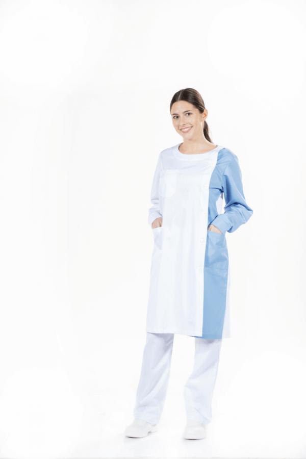 Senhora vestida com bata hospitalar de cor branca e contraste em azul