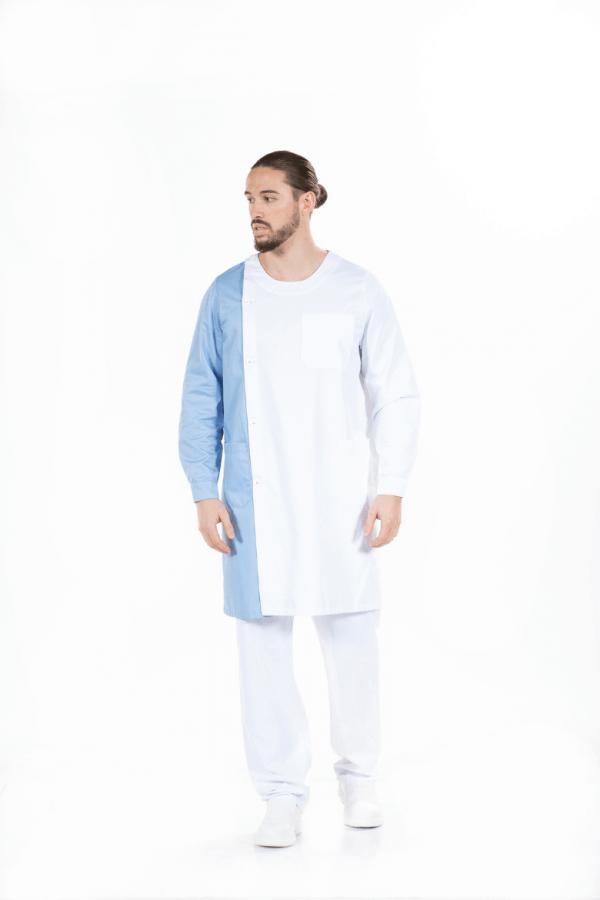 Homem vestido com bata branca com contraste em azul para farda de enfermeiro
