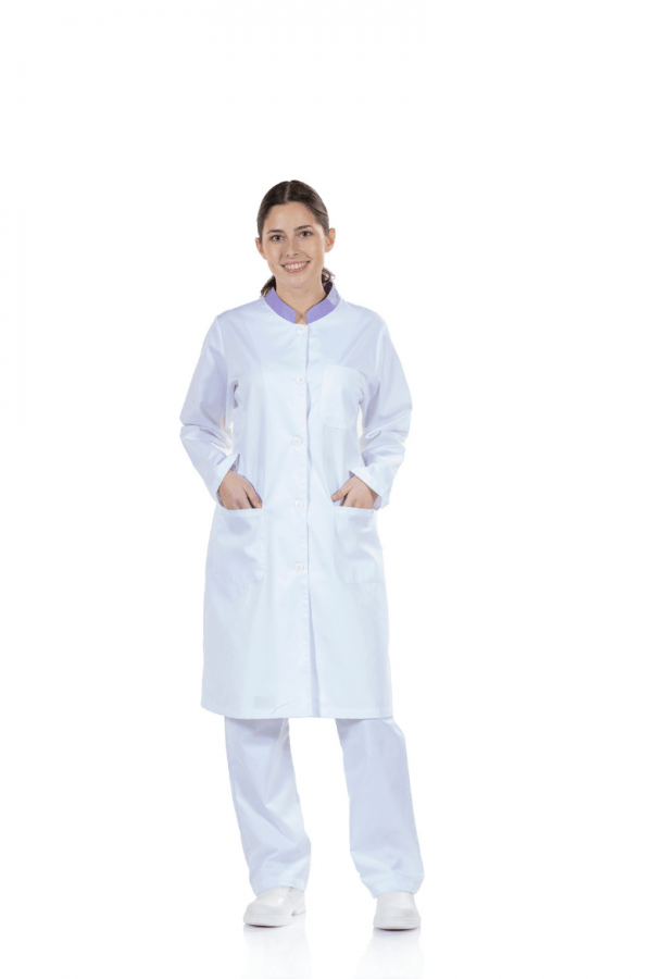 Senhora vestida com bata médica para farda de trabalho
