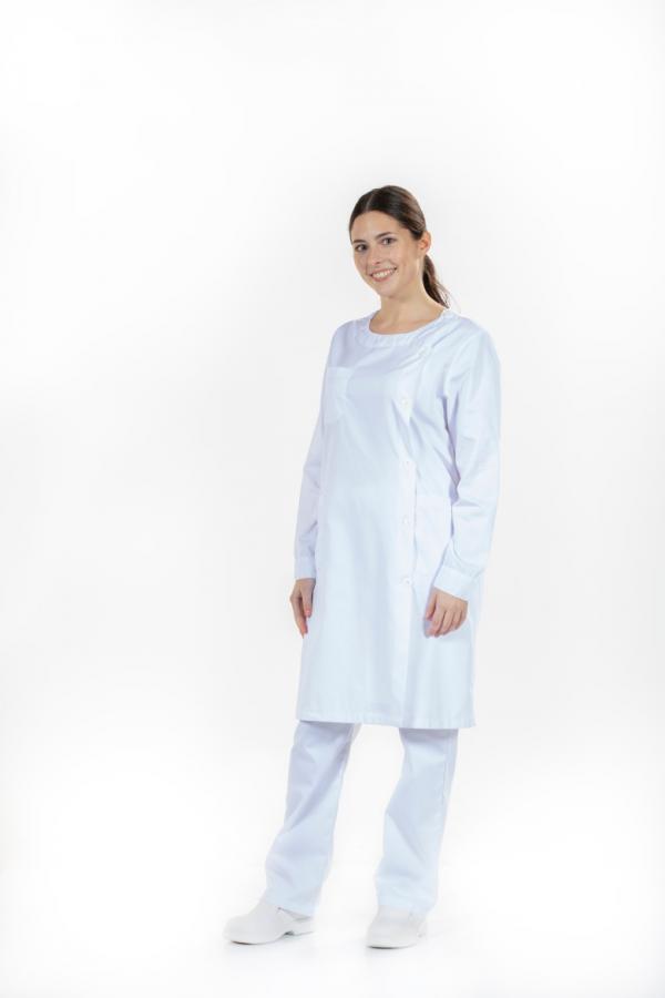 Senhora vestida com uma bata médica com aperto lateral para fardamento para saúde