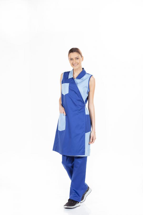 Senhora vestida com uma bata para empregada de limpeza de manga cava e de cor azul