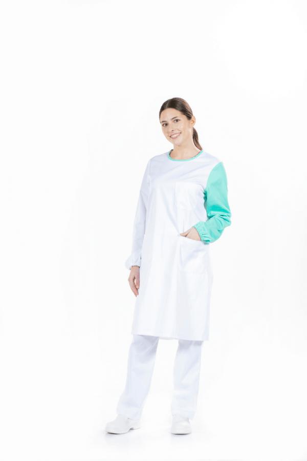 Senhora vestida com bata para hospital na cor branca