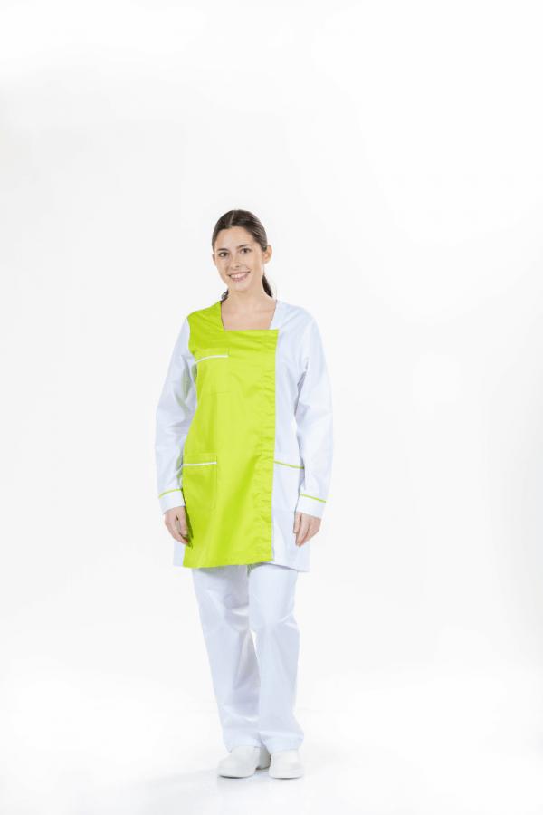 Senhora vestida com bata para roupa de trabalho de cor branca com contraste na cor verde