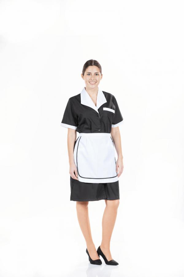 Senhora com bata preta para ser usada como Uniforme de Trabalho