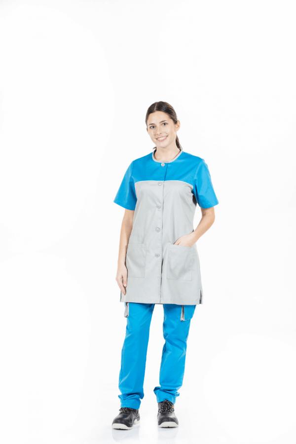Senhora vestida com uma das batas de trabalho de senhora fabricada pela Unifardas