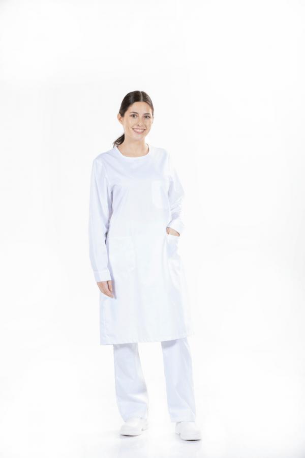 Senhora vestida com uma das batas hospitalares brancas