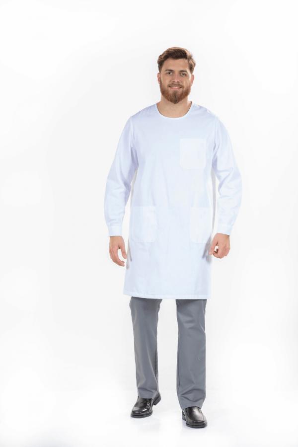 Homem vestido com uma das batas médicas da unifardas na cor branca