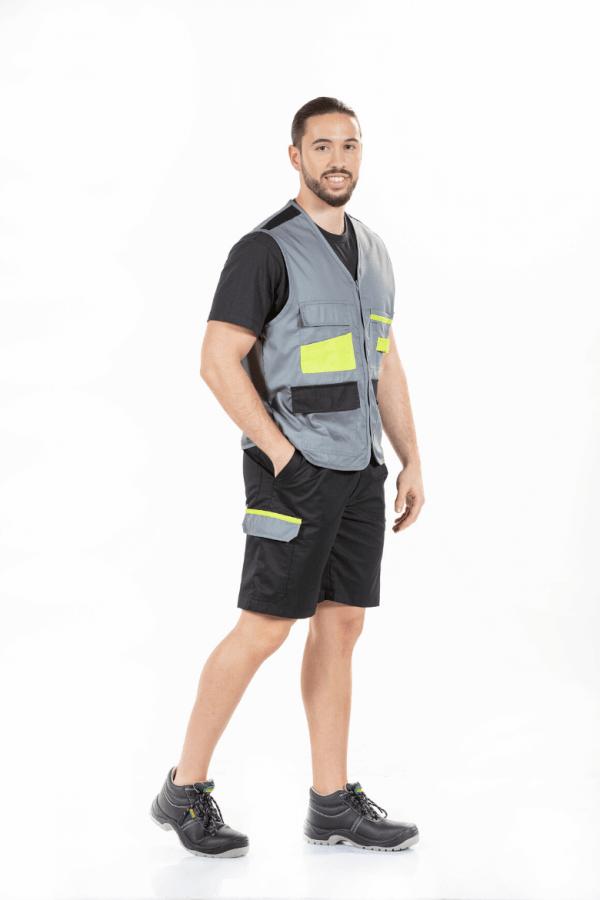 Homem veste colete de trabalho e bermudas pretas com bolso lateral na perna direita para vestuário profissional