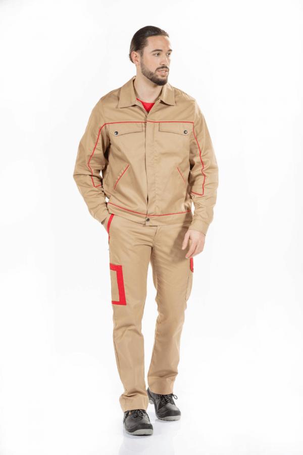 Homem com um blusão de trabalho na cor camel e com contraste em vermelho