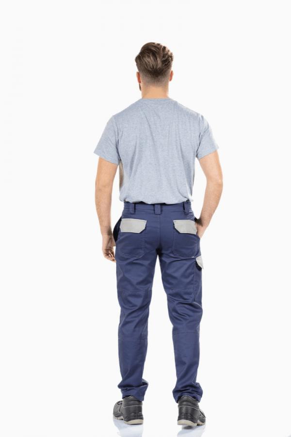 Homem com t-shirt cinzenta vestida e calça de trabalho multibolsos de cor azul e contraste em cinzento