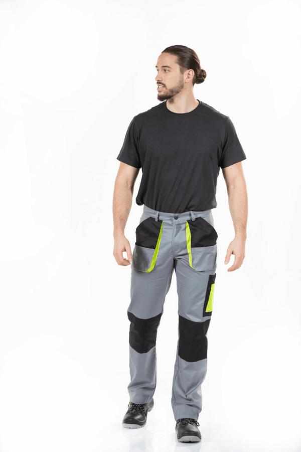 Homem vestido com calças de trabalho com bolsos laterais