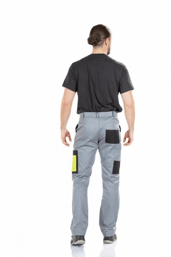 Homem vestido com calças de trabalho com bolsos laterais fabricadas pela Unifardas