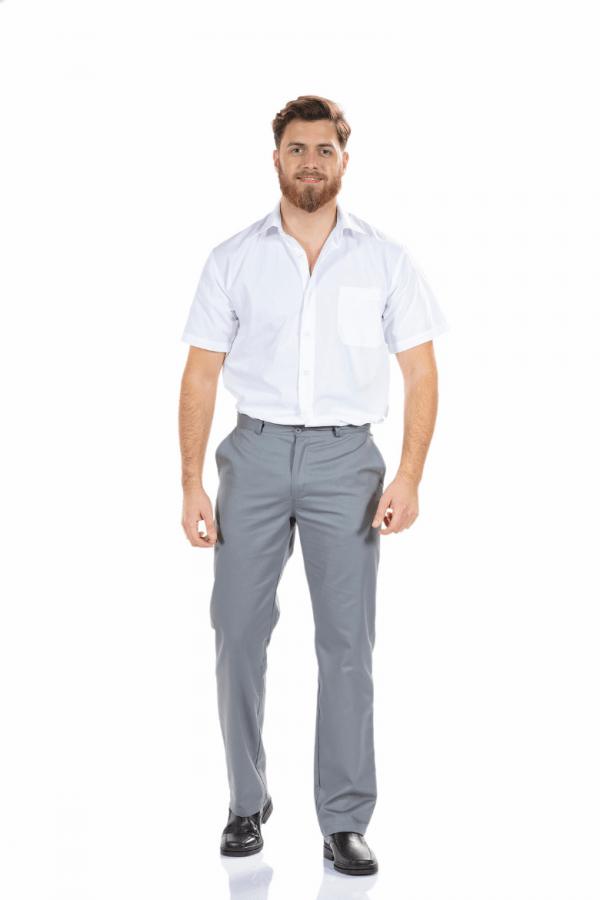 Homem vestido com calça de trabalho masculina de cor cinzento em sarja