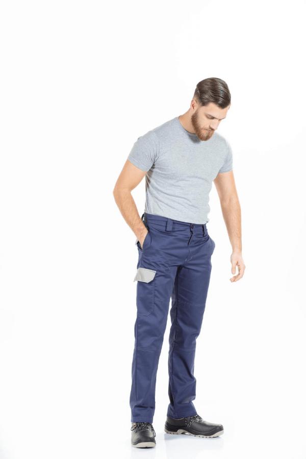 Homem com calça de trabalho multibolsos de cor marinho para farda de trabalho