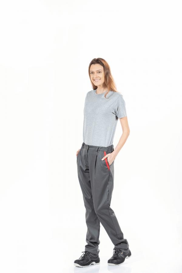 Senhora com t-shirt cinzenta e calça de trabalho cinza com contraste vermelho no bolso