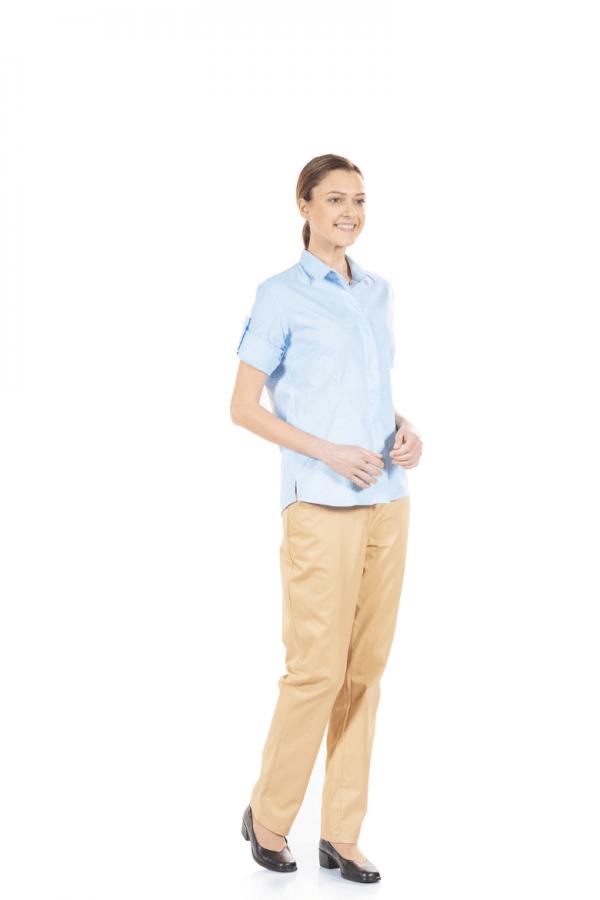 Senhora vestida com uma calça feminina na cor beje e uma camisa azul