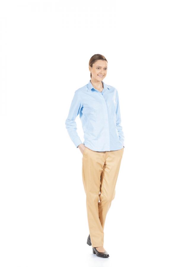Senhora vestida com calça feminina beje e com camisa azul de manga comprida para uniforme de trabalho