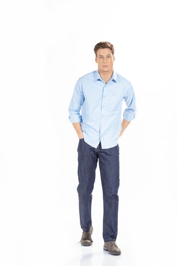 Homem a vestir uma camisa azul e umas calças de ganga para roupa de trabalho