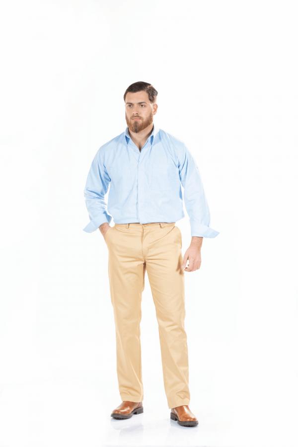 Homem com uma calça para uniforme de trabalho na cor bege e uma camisa azul