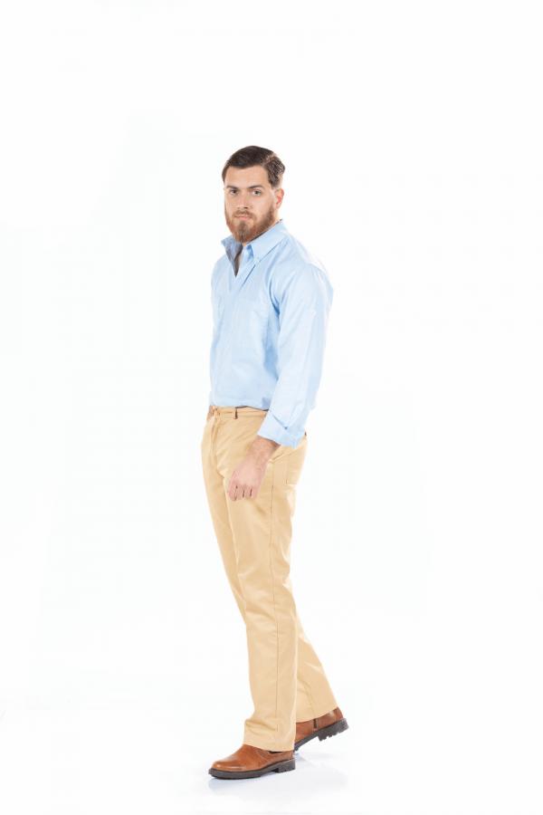Homem com uma calça para uniforme de trabalho na cor beje e uma camisa azul