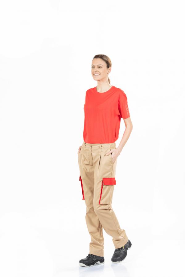 Senhora com t-shirt vermelha e calça de trabalho camel com bolsos laterais para Uniforme