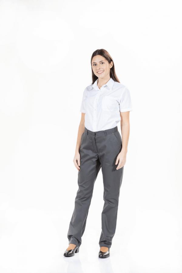 Senhora vestida com umas calças de trabalho femininas cinzentas e blusa de manga curta branca