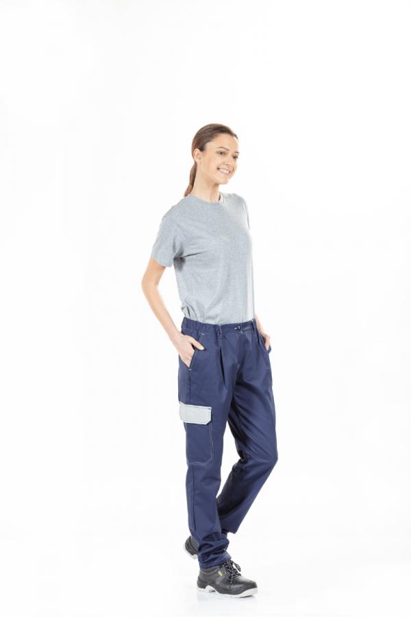 Senhora com t-shirt cinzenta e calças femininas para farda de trabalho