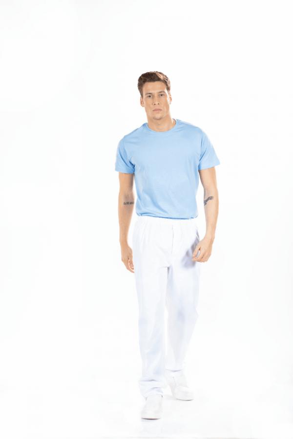 Homem vestido com calças hospitalares de cor branca para enfermeiro
