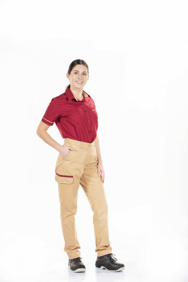 Senhora vestida com uma camisa de trabalho feminina para farda de trabalho