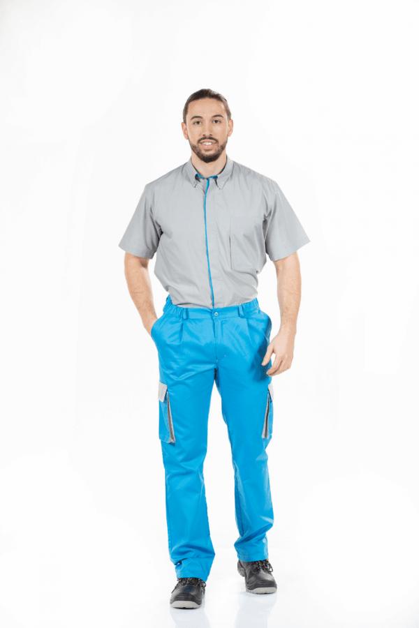 Homem vestido com uma camisa de trabalho para farda