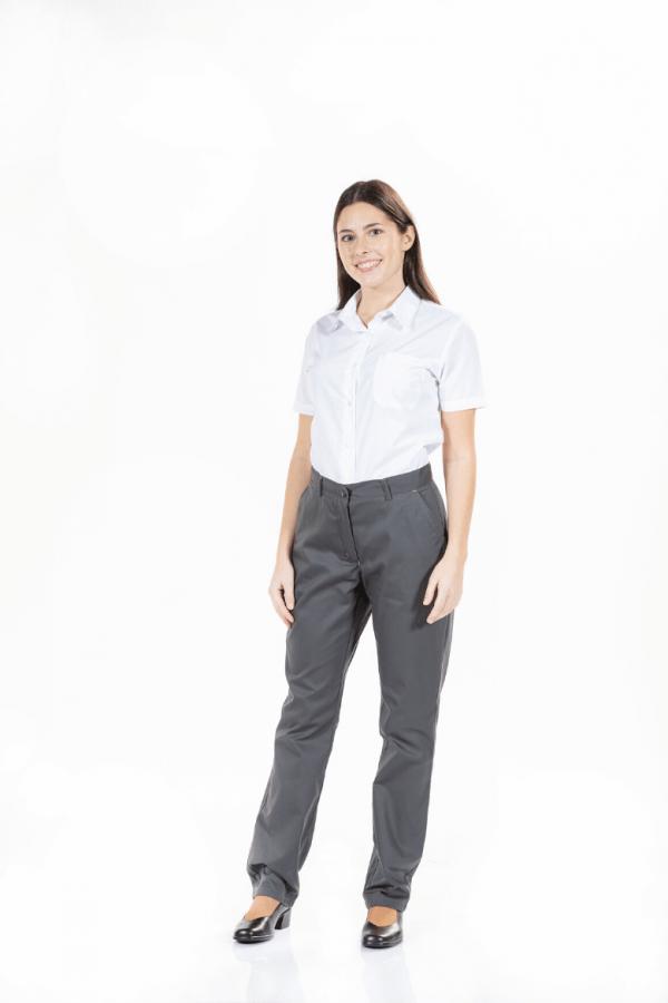 Senhora com camisa branca de manga curta para uniforme de trabalho