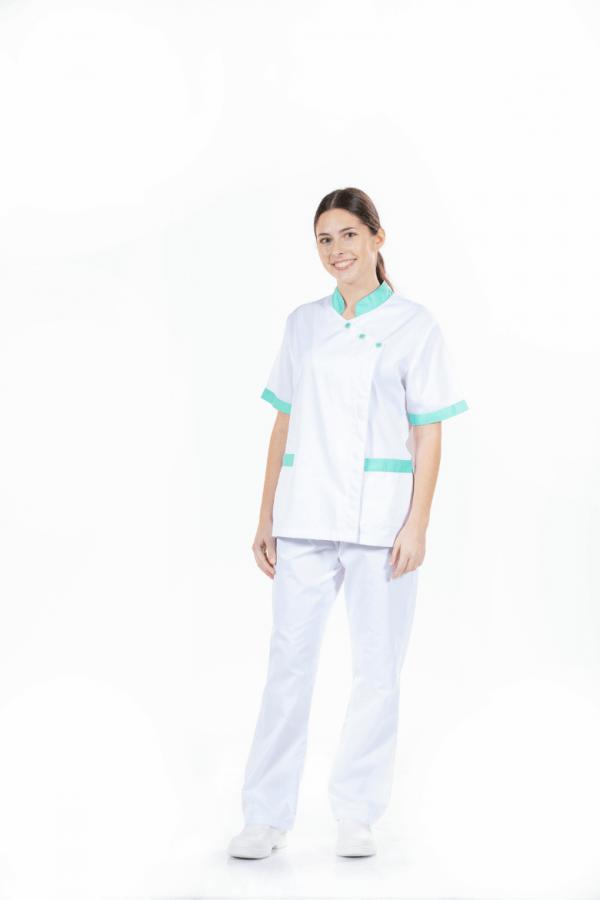 Senhora vestida com casaco de enfermagem e calça hospitalar para farda de trabalho