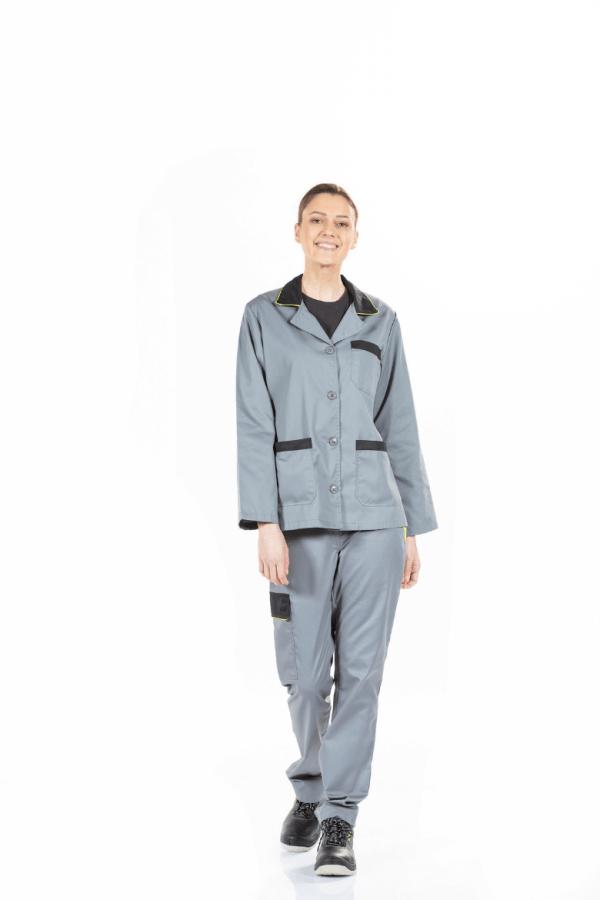 Senhora a usar um casaco cinzento com contraste preto para farda de trabalho