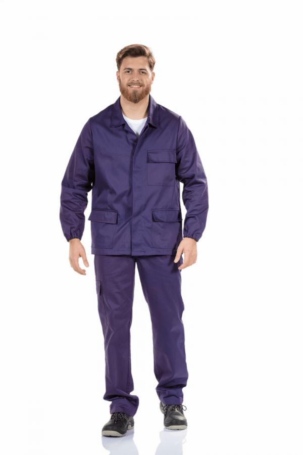 Homem vestido com casado retardador de chama para roupa de trabalho