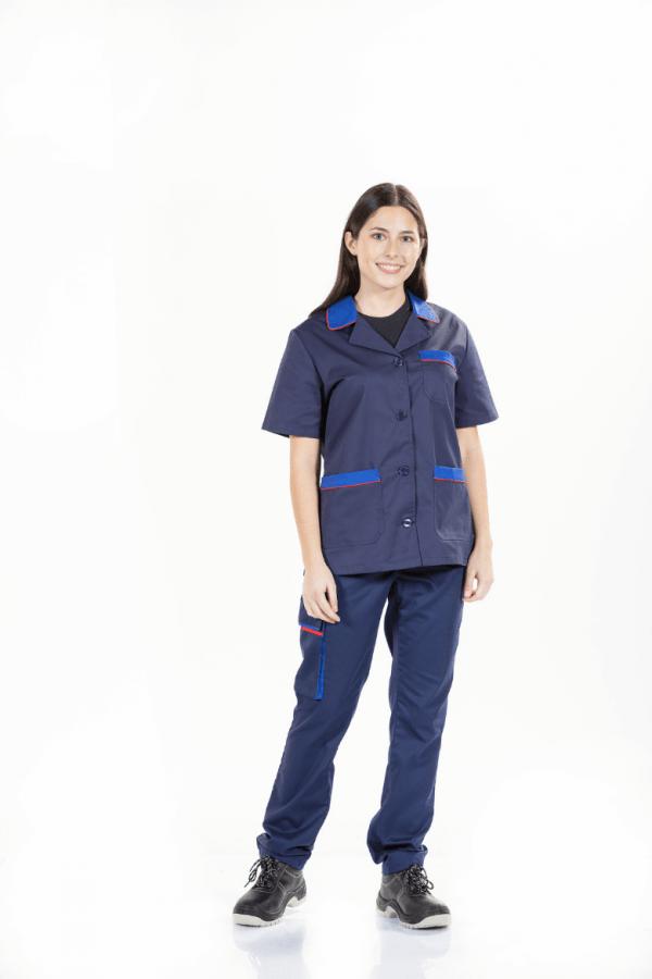 Senhora a usar um casaco de trabalho de cor azul com manga curta e botões à frente