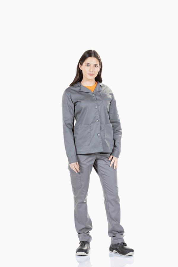 Senhora a usar um casaco cinzento com botões à frente para farda de trabalho