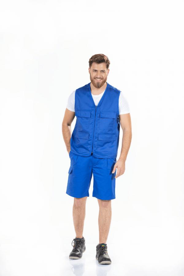 Homem vestido com colete multibolsos com cor azul para roupa de trabalho