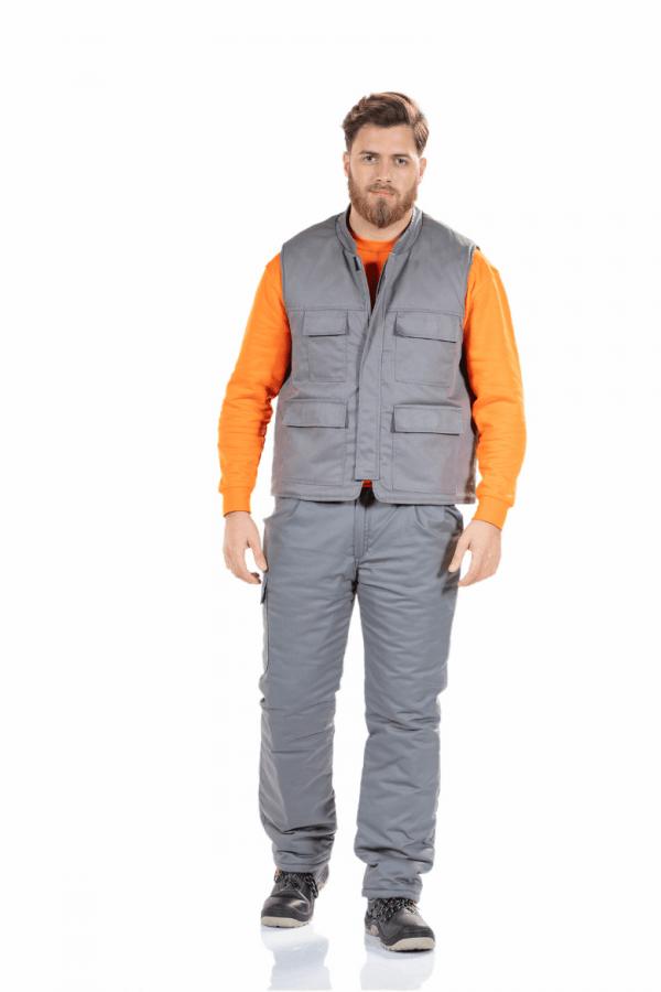 Homem com colete de trabalho acolchoado de cor cinzenta para farda de trabalho