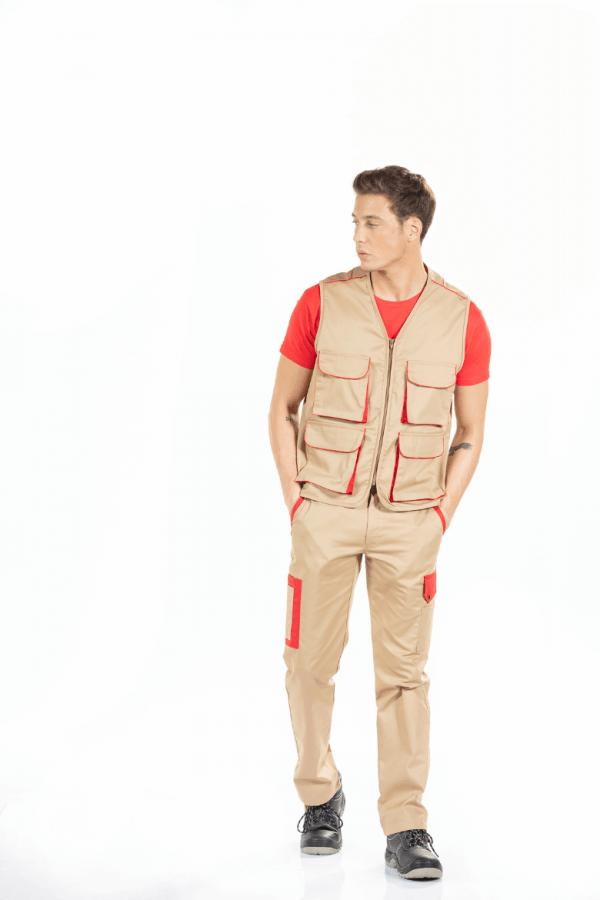 Homem vestido com colete de trabalho multibolsos para farda