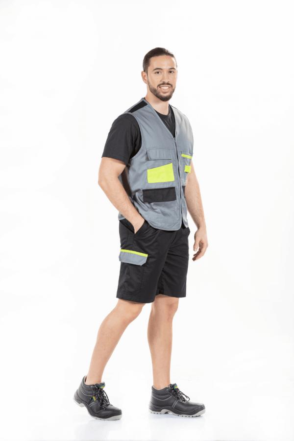 Homem com colete de trabalho de cor cinza com contrastes verdes para farda