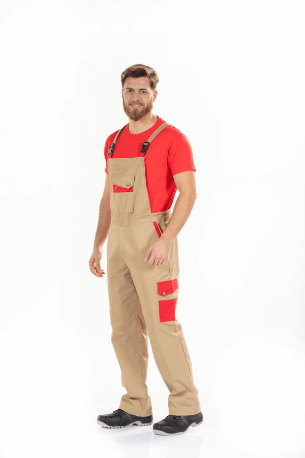 Homem vestido com jardineira de trabalho masculina de cor camel e contrastes em vermelho nos bolsos