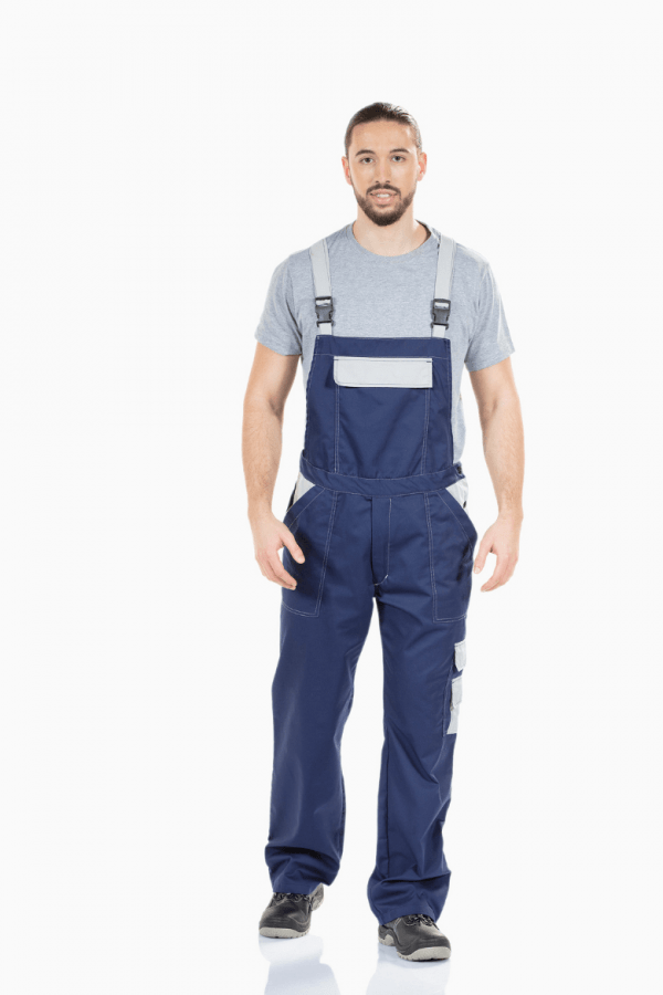 Homem vestido com jardineira multibolsos de coz azul e bolso no peito para farda