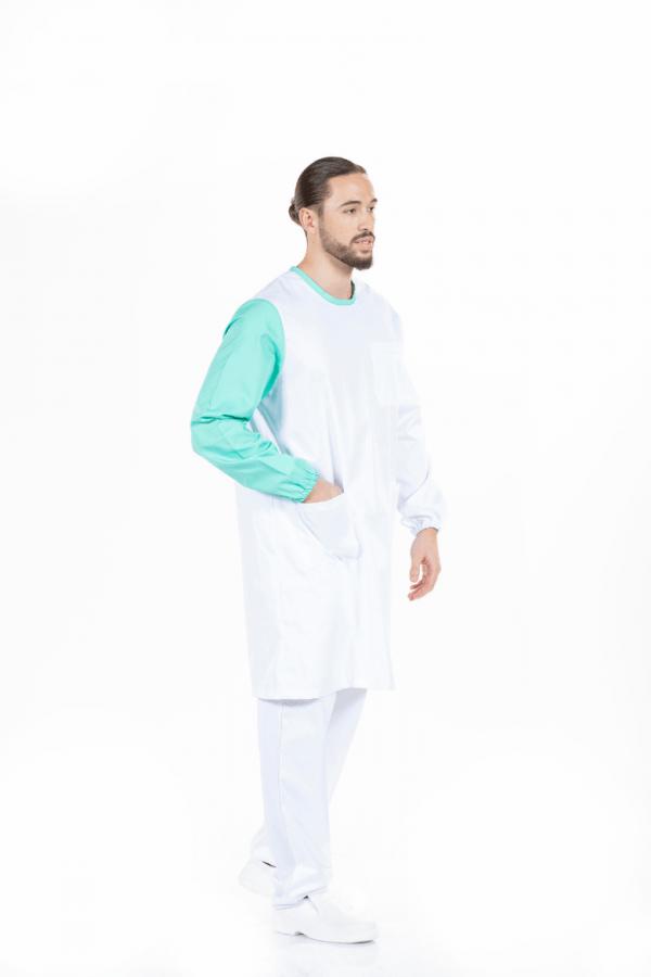 Homem vestido com uma bata branca para farda para enfermagem