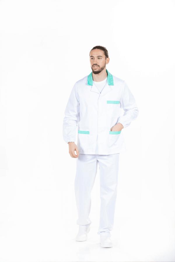 Homem vestido com fardamento hospitalar masculino na cor branca e com contrastes verde